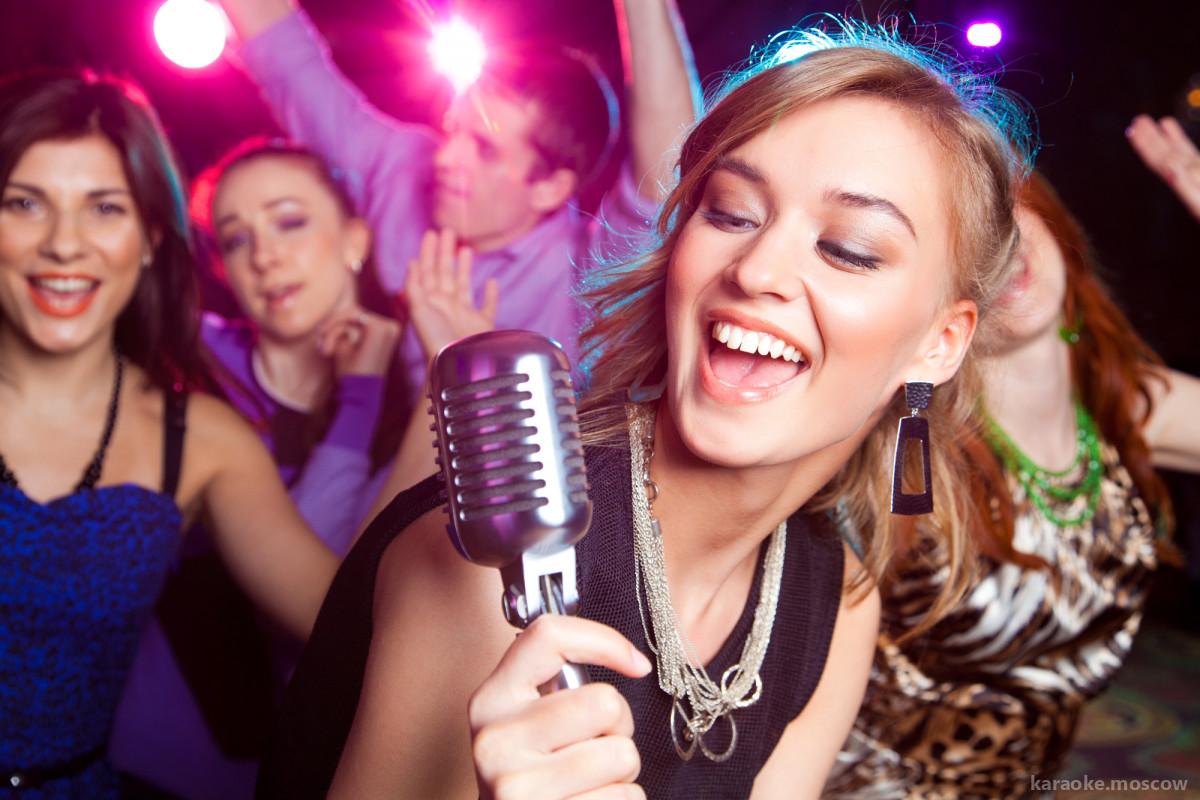 Почему не стоит стесняться петь в караоке?